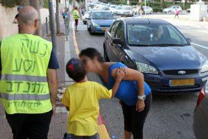 """הורים מורידים את ילדיהם ליד בית הספר, מיזם """"נשק וסע"""" (צילום: גילי כהן-מגן)"""
