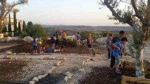 תושבים מקימים את הגינה הקהילתית ברחוב ראובן פינת יששכר במודיעין