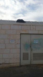 שקית האשפה מעל מבנה הציבור