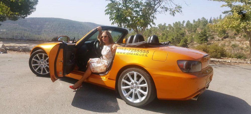 סיגל קליין במכונית מרוץ (צילום: פרטי)