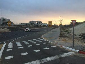 פסי ההאטה החדשים המונמכים בצומת שדרות החשמונאים-יצחק רבין במודיעין