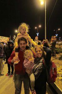 משפחת ביהרי בהפגנה בצומת שילת