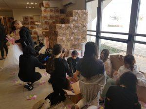 תלמידי עירוני ה' מכינים משלוחי מנות (צילום: דוברות עיריית מודיעין מכבים רעות)