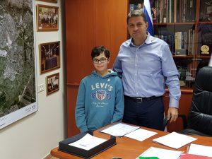 ראש העיר חיים ביבס נפגש עם שחר ספר במשימה לקראת בר המצווה (צילום: דוברות עיריית מודיעין מכבים רעות)
