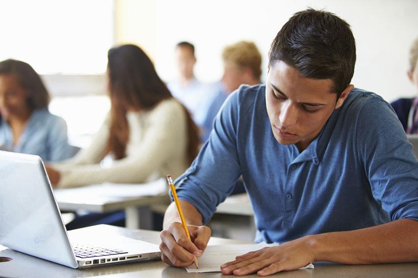 תלמידים עם מחשבים (צילום אילוסטרציה: א.ס.א)