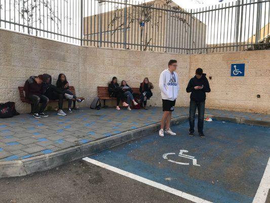 תלמידי עירוני ה' מחכים להסעה, השבוע (צילום: מאי מלובץ)