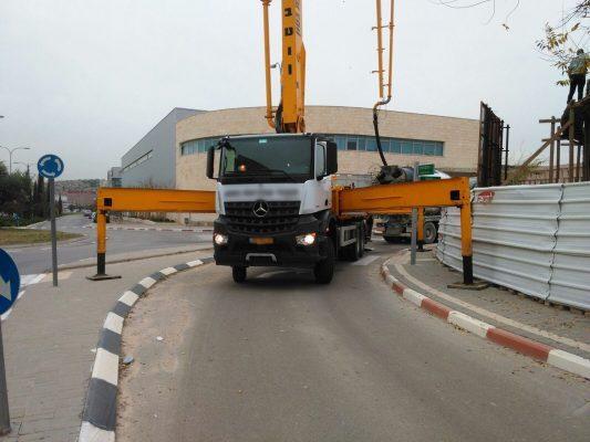משאית חסמה כביש במרכז עינב וקיבלה קנס