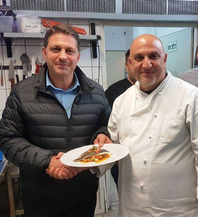 """שבוע האוכל """"טעים להכיר"""" - השף עזרא קדם וראש העיר חיים ביבס (צילום: חורחה נובומינסקי)"""