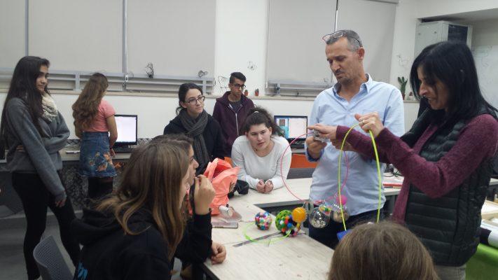 תלמידים יצרו משחקים לתלמידי החינוך המיוחד (צילום: דוברות עיריית מודיעין מכבים רעות)
