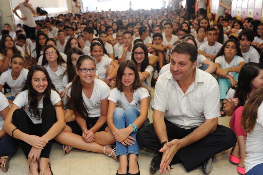 ראש העיר חיים ביבס ותלמידים (צילום: דוברות עיריית מודיעין מכבים רעות)