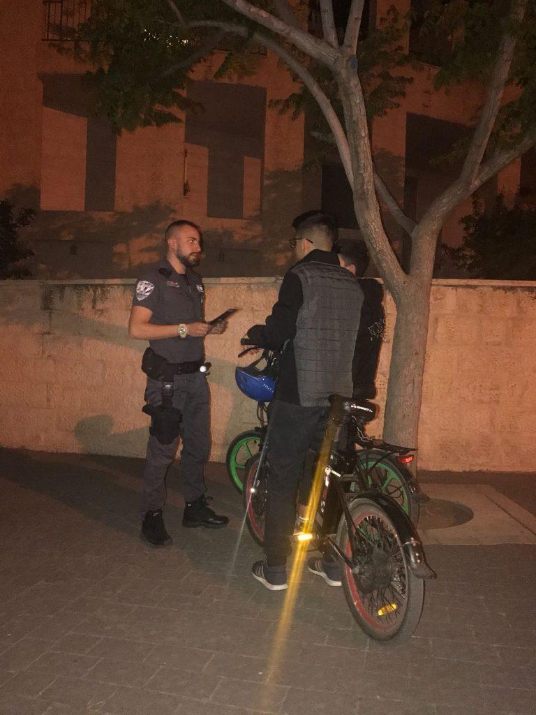 רוכב אופניים במודיעין ופקחים (צילום: דוברות עיריית מודיעין מכבים רעות)