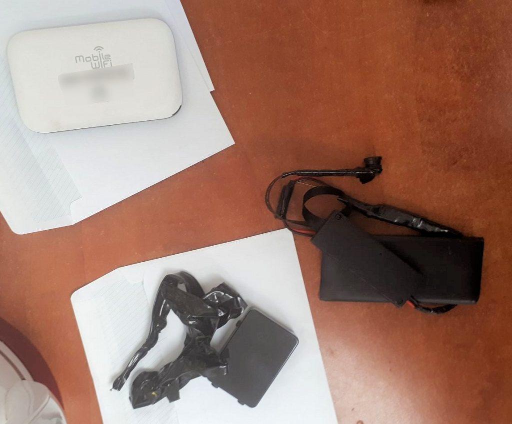 המכשור האלקטרוני שנתפס על החשוד במבחן התיאוריה (צילום: דוברות המשטרה)