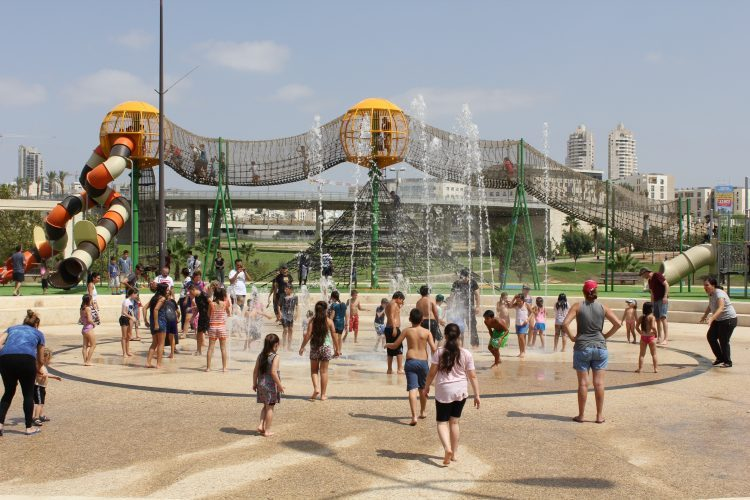 מזרקות המים בפארק ענבה (צילום: דוברות עיריית מודיעין מכבים רעות)