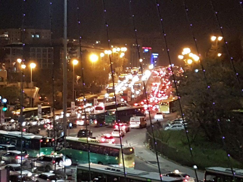 הכניסה לירושלים, בלילה - פקקים ועומסי תנועה כבדים (צילום: אורן בן-חקון)