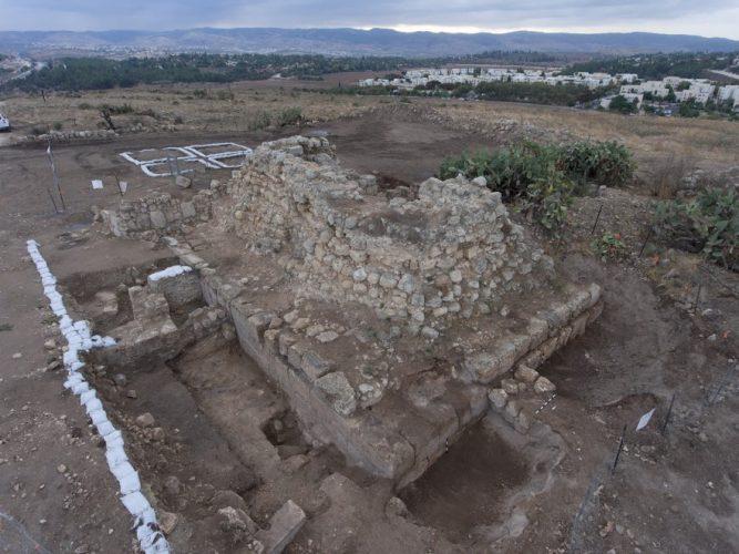 חשיפת המצודה הרומית בגבעת התיתורה (צילום: יצחק מרלמשטיין)