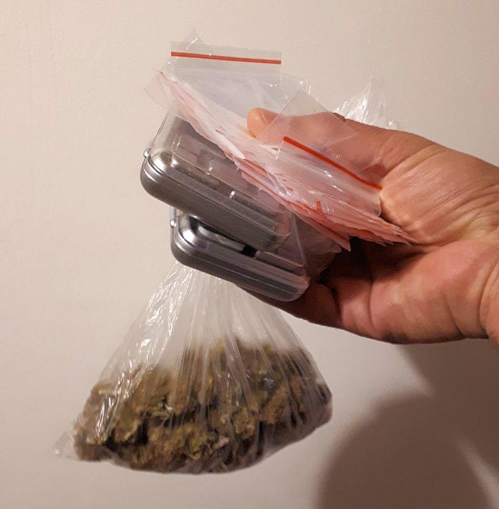 הסמים שנתפסו בביתו של הנער (צילום: דוברות המשטרה)
