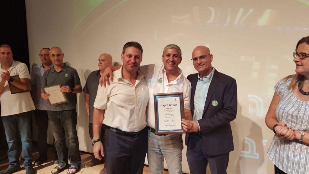 (מימין) סגן ראש העיר אילן בן סעדון, רמי כהן, ראש העיר חיים ביבס (צילום: דוברות עיריית מודיעין מכבים רעות)