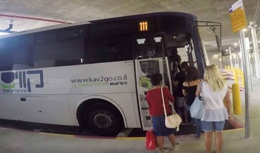 מסוף התחבורה הציבורית במודיעין - נוסעים עולים לאוטובוס בתחנה (צילום: חורחה נובומינסקי)
