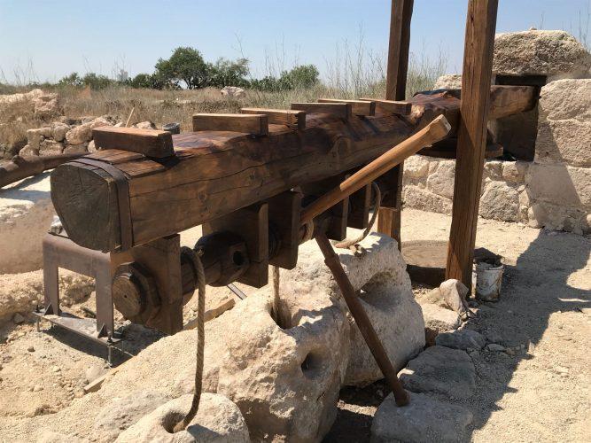 ממצא ארכיאולוגי מוצב על ידי רשות העתיקות בגבעת התיתורה (צילום: חורחה נובומינסקי)