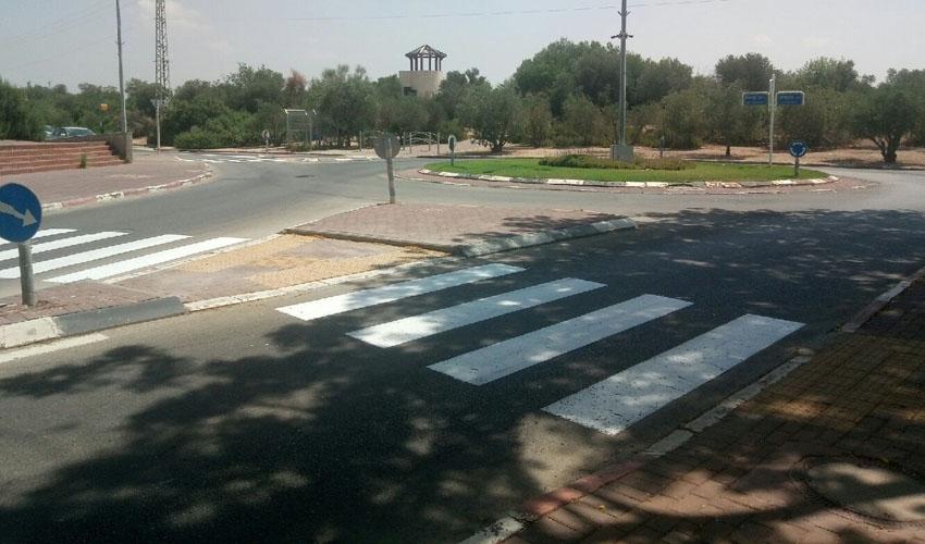צביעת מעברי חצייה בעיר (צילום: דוברות עיריית מודיעין מכבים רעות)