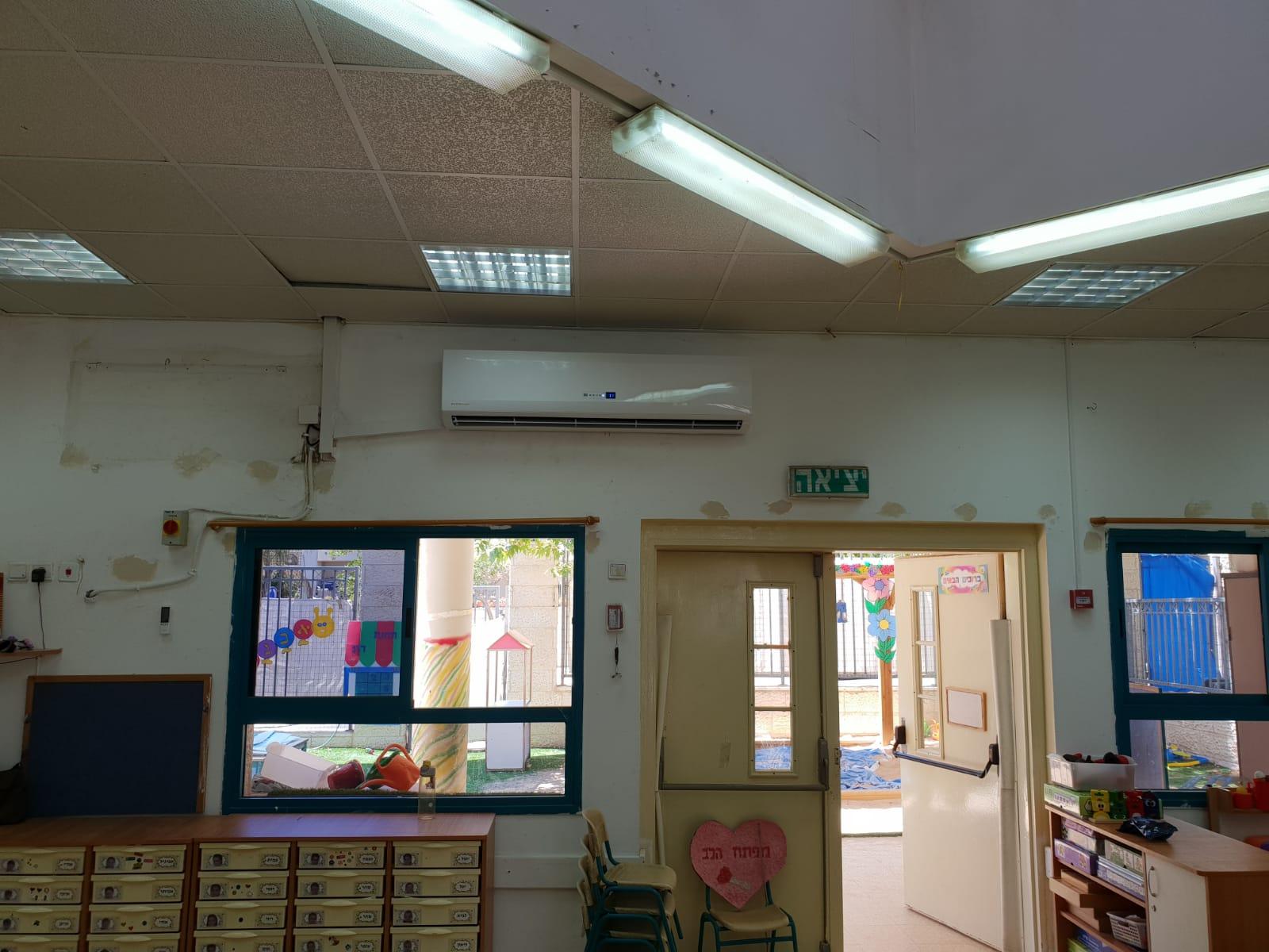 התקנת מזגנים חדשים בכיתות הלימוד במודיעין (צילום: דוברות עיריית מודיעין מכבים רעות)