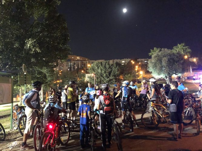 רוכבים לאור ירח במודיעין (צילום: דוברות עיריית מודיעין מכבים רעות)