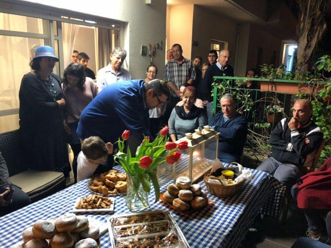 אירוע בתים מדליקים בבית משפחת כהן במודיעין, בשנה שעברה (צילום: דוברות עיריית מודיעין מכבים רעות)