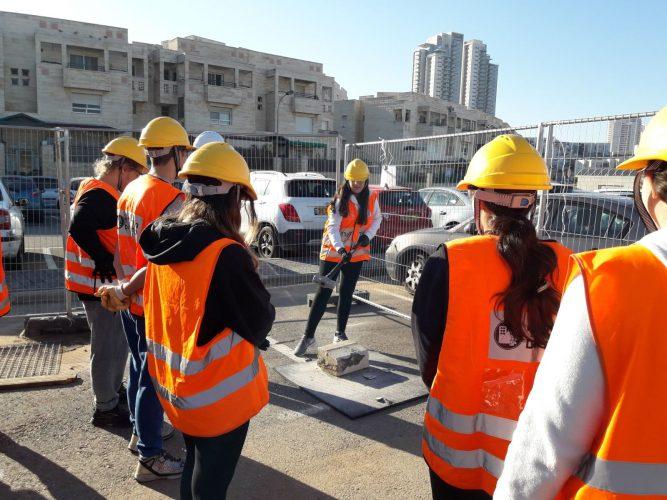 תלמידי י' ביחידת חילוץ והצלה במודיעין (צילום: דוברות עיריית מודיעין מכבים רעות)