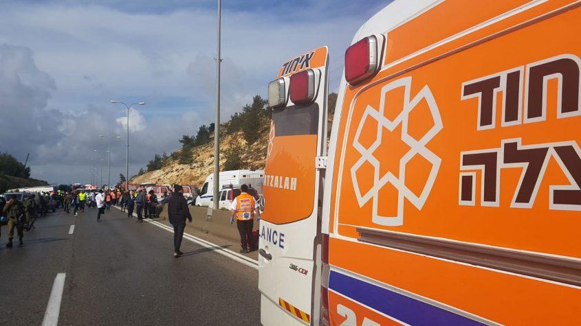 אוטובוס התהפך בכביש 443 (צילום: דוברות איחוד הצלה)