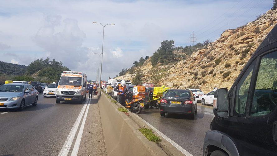 זירת התאונה הקטלנית שבה התהפך אוטובוס בכביש 443 (צילום: דוברות איחוד הצלה)