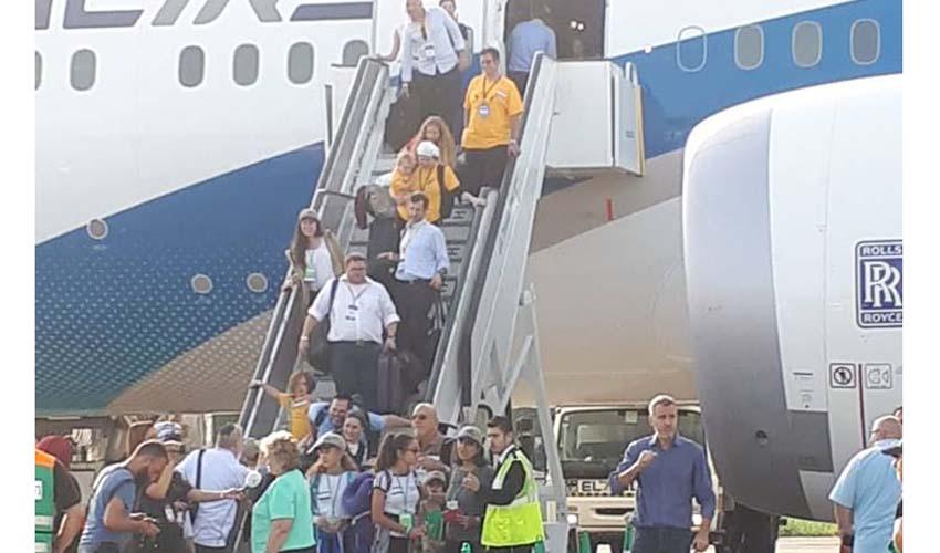 עולים מגיעים מהמטוס (צילום: באדיבות דוברות עיריית מודיעין מכבים רעות)
