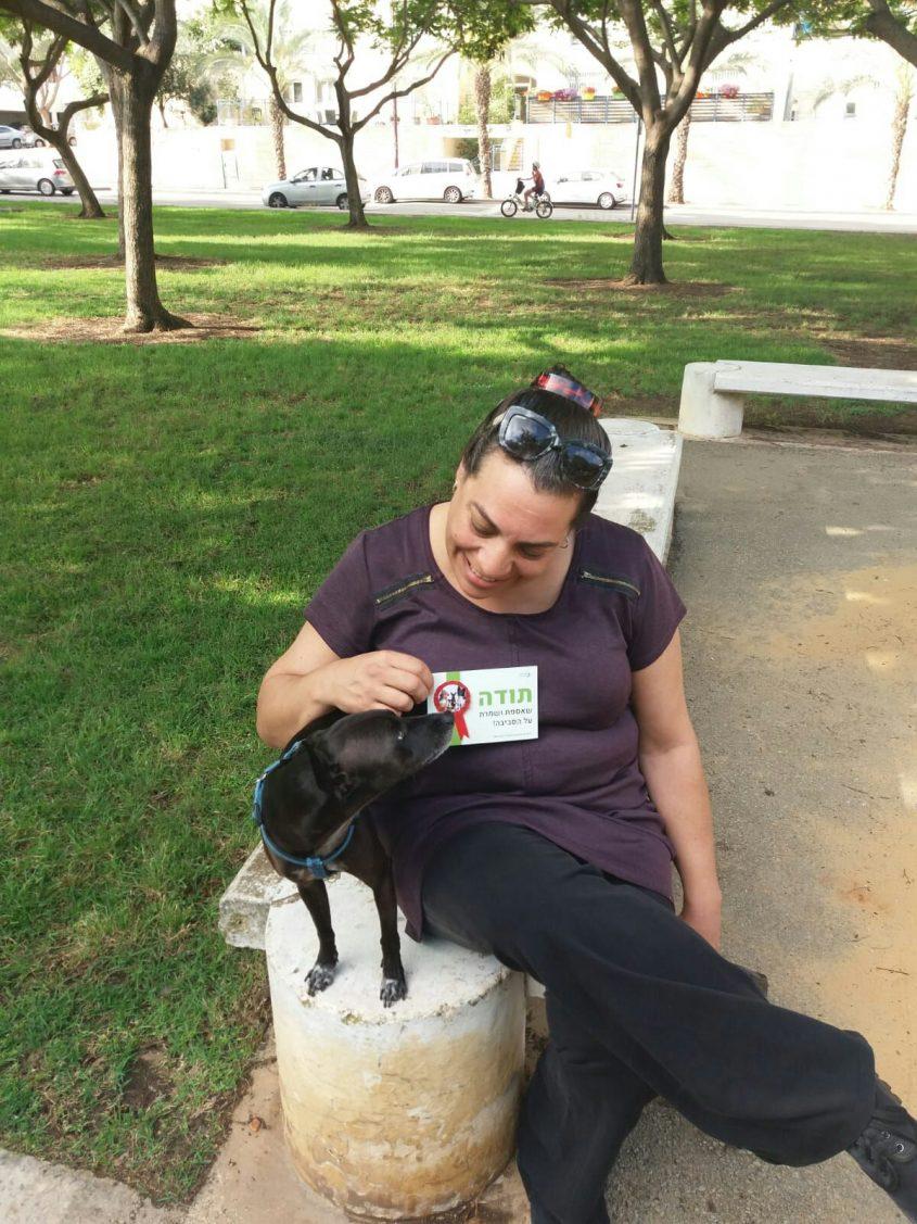 תושבת, שקיבלה תעודת הוקרה על איסוף הצרכים של כלבה (צילום: דוברות עיריית מודיעין מכבים רעות)