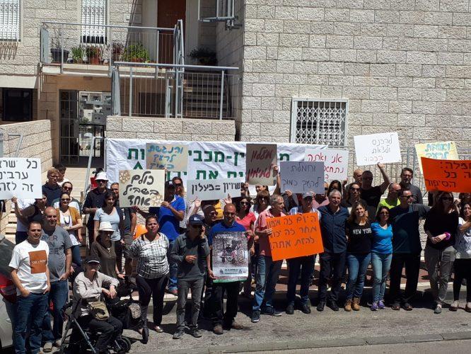 המחאה למען התקנת מעלית לדירתו של מימון ארזון (צילום: שמעון כהן, אילן מודיעין מכבים רעות)