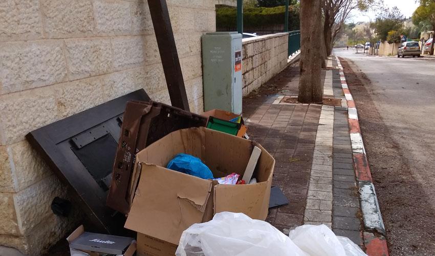 אשפה שהושלכה על המדרכה, השבוע (צילום: דוברות עיריית מודיעין מכבים רעות)