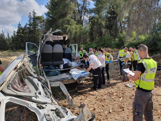 """זירת התאונה בכביש 443 (צילום: דוברות מד""""א)"""