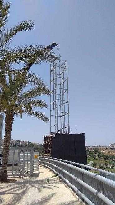 העבודות להתקנת פיר המעלית בפארק ענסה (צילום: דוברות עיריית מודיעין מכבים רעות)