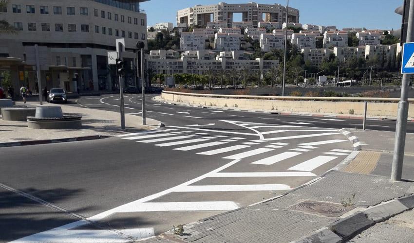 צביעת סימוני כבישים בקיץ (צילום: דוברות עיריית מודיעין מכבים רעות)