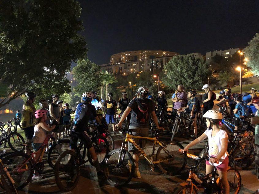 אופניים לאור ירח (צילום: דוברות עיריית מודיעין מכבים רעות)
