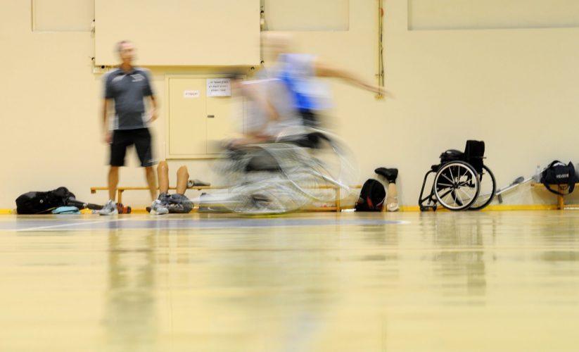 אימון כדורסל בכסאות גלגלים (צילום: רמי שלוש)