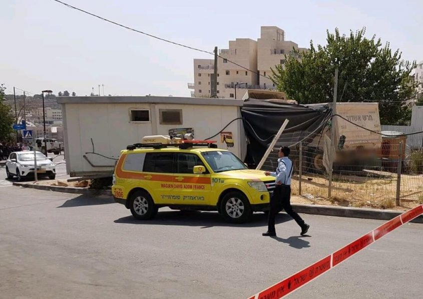 מודיעין עלית: משאית התדרדרה לתוך גן ילדים ופצעה פעוט וגבר (צילום: ישי ראוכברגר דוברות מד״א)