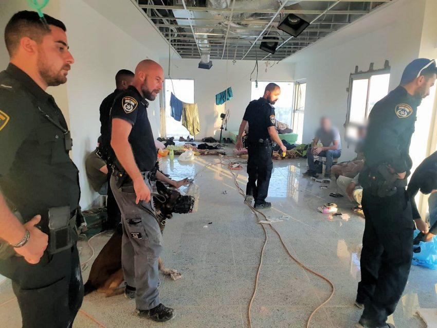 מבצע משטרתי במודיעין למעצר שוהים בלתי חוקיים (צילום דוברות המשטרה)