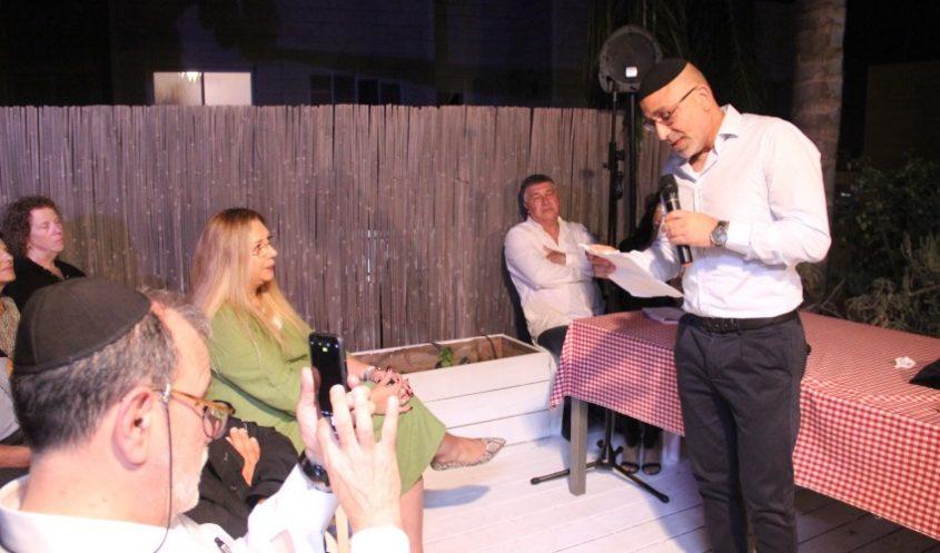 יוסי שילוני, באירוע חנוכת הבית החדש לחיילות (צילום: בית אלמוג שילוני)