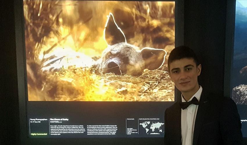 אריאל פילדס ליד הצילום הזוכה (צילום: באדיבות המשפחה)