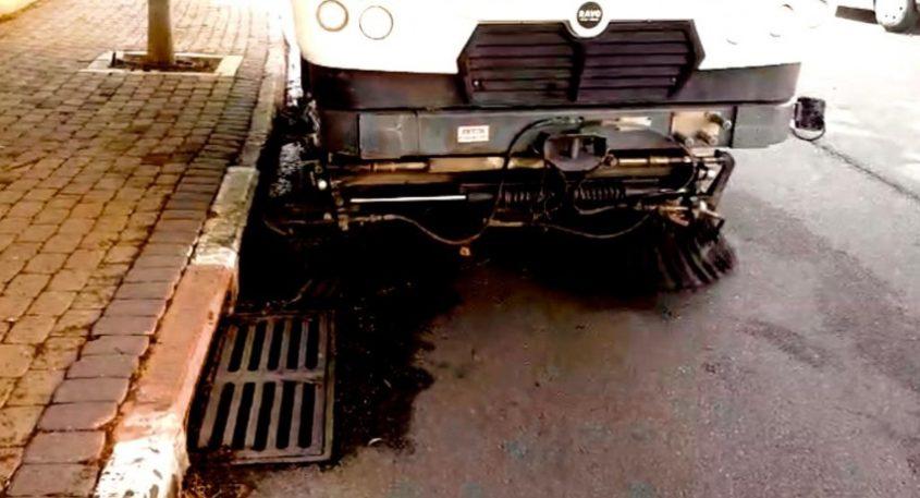 מנקים את שולי הכביש והמדרכות (צילום: דוברות עיריית מודיעין)