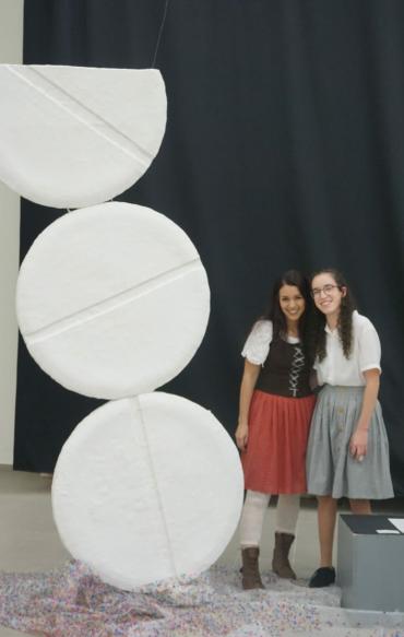 """(מימין) מאיה כהנא עם המורה נתלי לוי לצד הפסל """"כדור פורח"""" (צילום: עדי פופר)"""