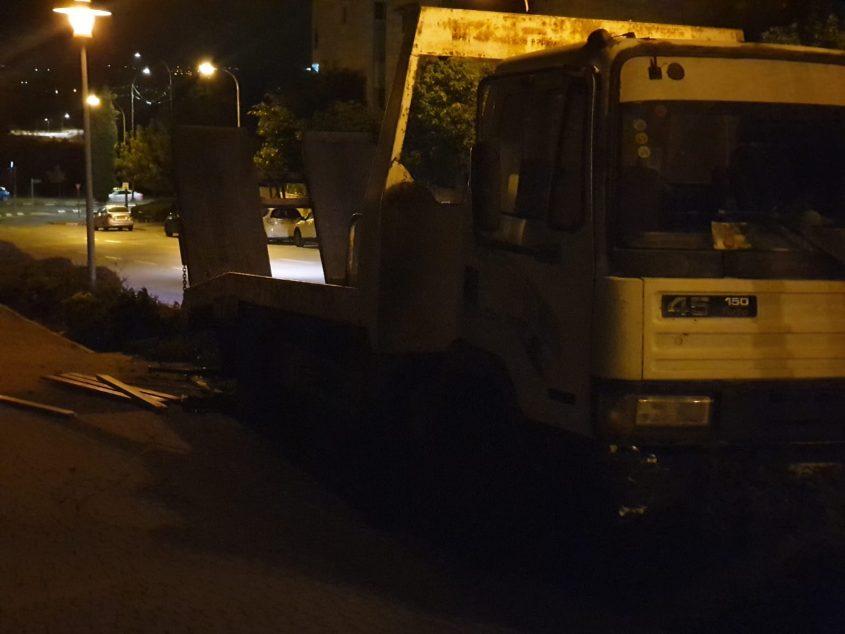 המשאית ושארית הספסל שנדרס (צילום: פרטי)
