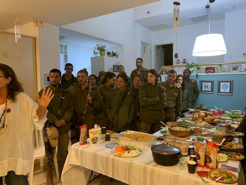 החיילים סביב השולחנות (צילום: פרטי)