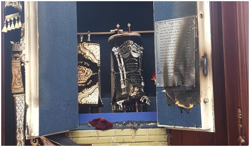 ארון הקודש שהוצת (צילום: דוברות המשטרה)