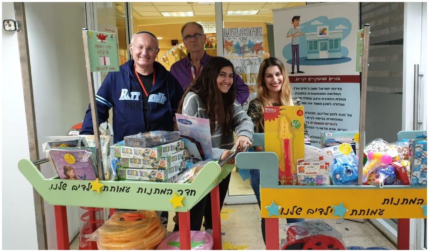 לינעם קורנאנסקי (במרכז) ומתנדבים מעמותת 'ילדים שלנו' (צילום: ילדים שלנו)