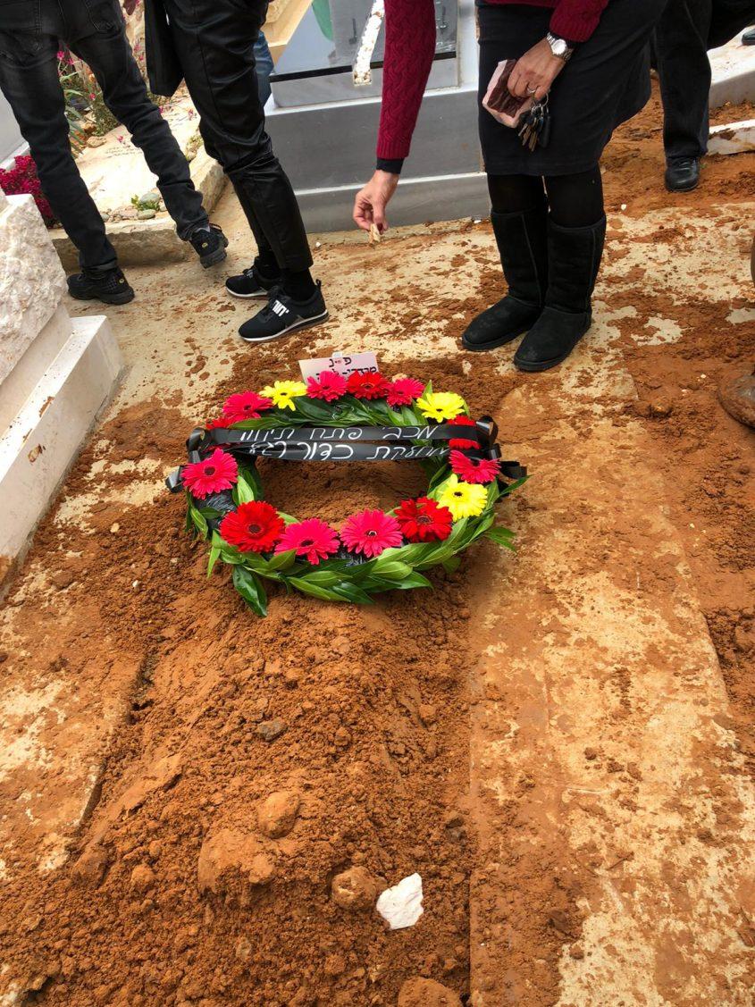 זר של מכבי פתח תקווה על הקבר של מרדכי (צילום: אודי לבה)